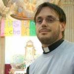 Il prete gay celebra messa: